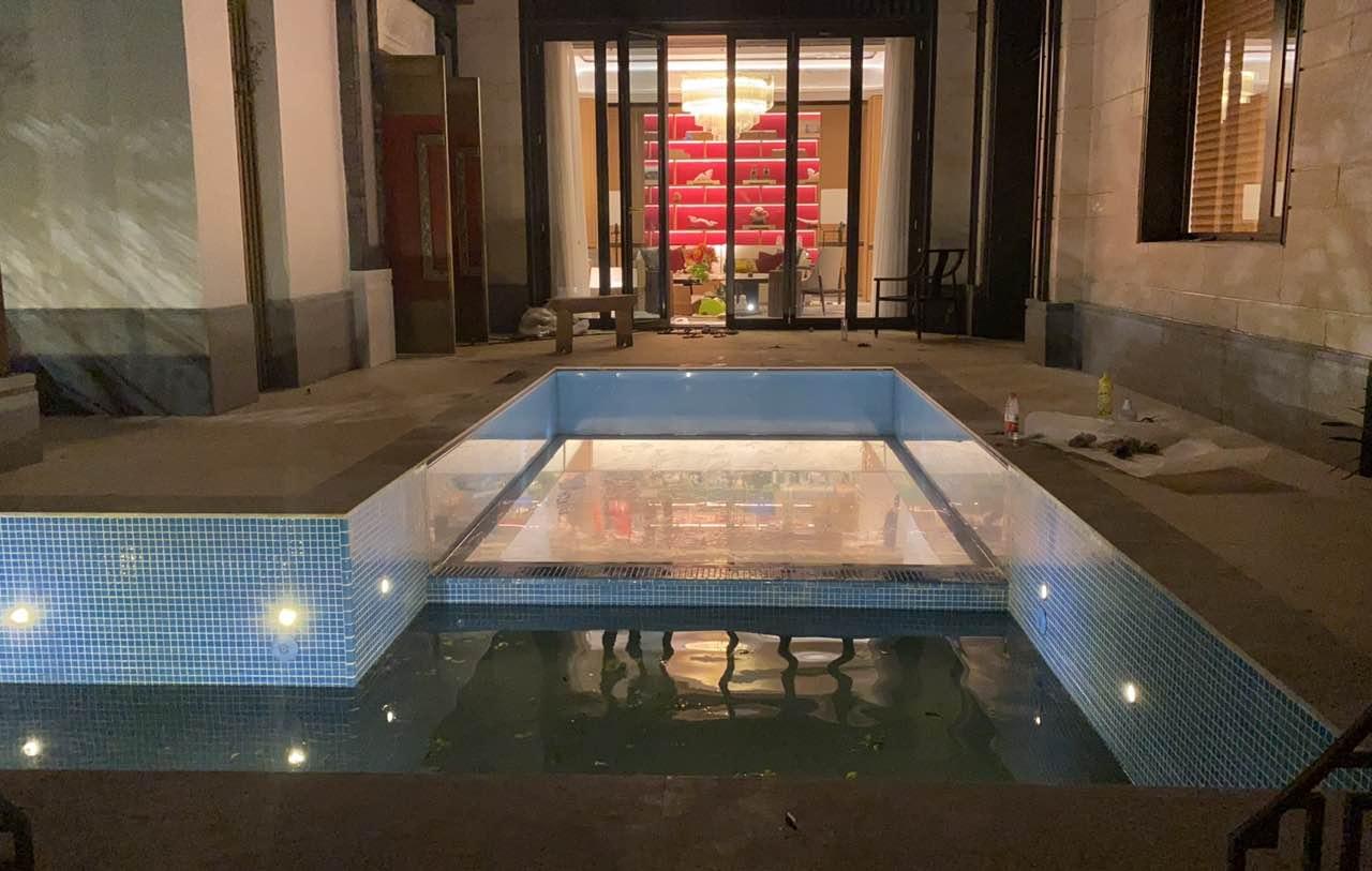 瑞地格乐亚克力透明空中游泳池