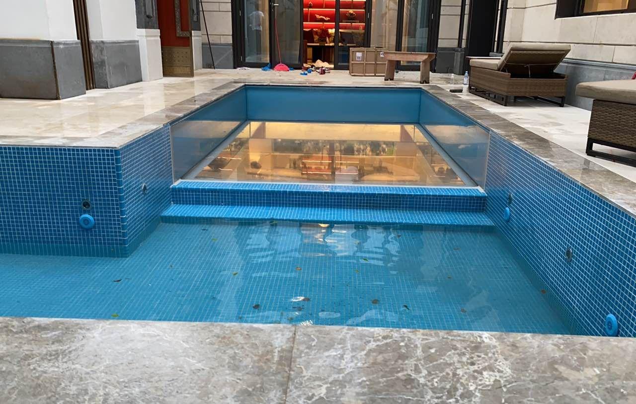 瑞地格乐亚克力透明空中泳池