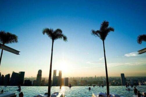 较高的无边泳池,位于198米高顶楼,刺激游客的心跳